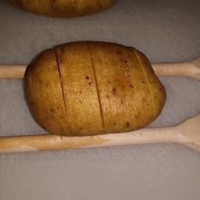 Hasselback aardappelen: ingesneden met behulp van twee pollepels