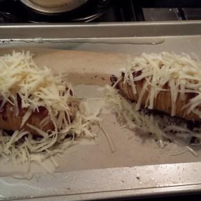 Hasselback aardappelen: bestrooien met bijv. Gruyere