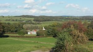 Uitzicht over Totleigh Barton vanaf de heuvel