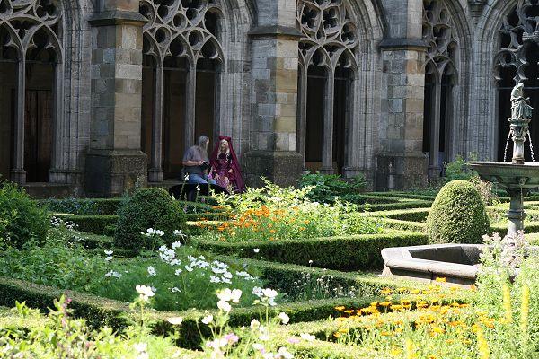 Even tot rust komen in het Pandhof naast de Domkerk.