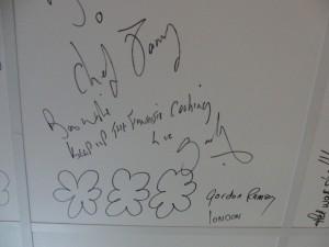 Het plafond dient als gastenboek. Ook Gordon Ramsay is langsgeweest.