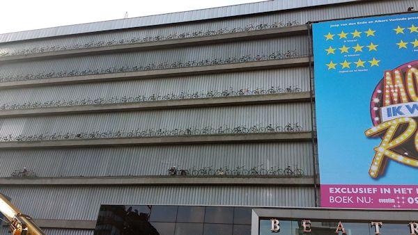 Beatrixtheater, fietsen tegen gevel