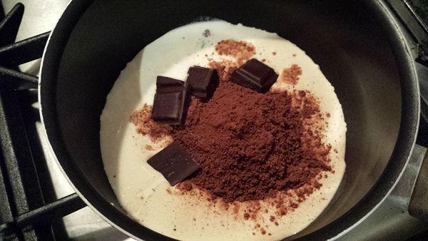 slagroom, cacao, suiker en chocola in een pannetje