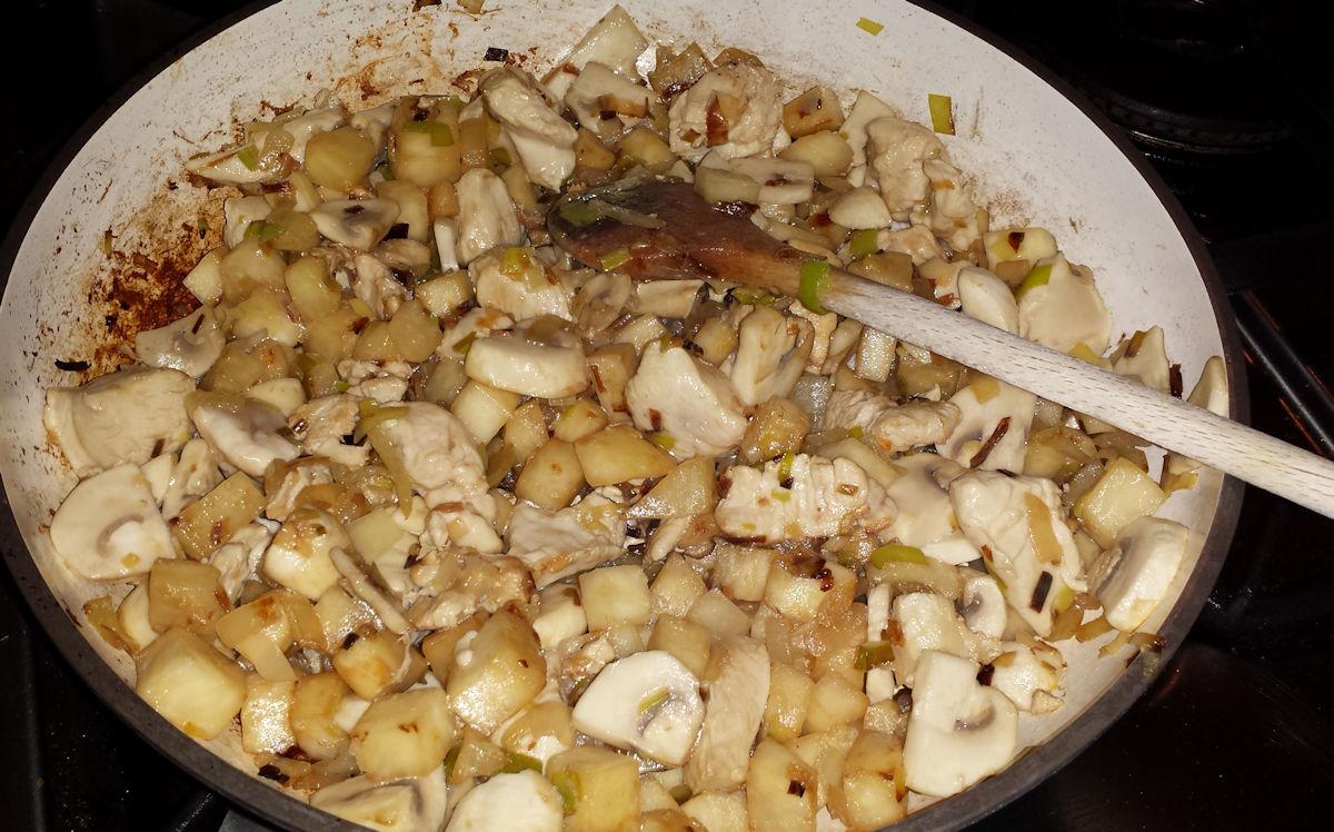 kip, champignons, knolselderij, prei, ui